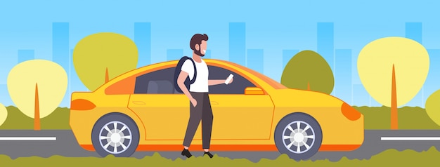 Toevallige mens die smartphone mobiele app kerel gebruiken die gele cab taxi huren autodelen concept vervoer dienst stadsgezicht achtergrond volledige lengte horizontale bestellen