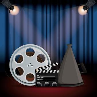 Toneelbioscoopgordijn met schijnwerpers filmrol en megafoon en clapperboard