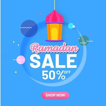 Tot 50% korting voor ramadan sale design met hangende lantaarn.
