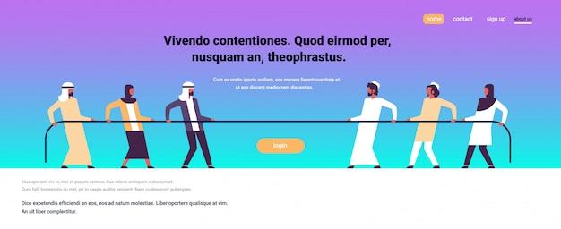 Touwtrekken arabische mensen team trekken tegenovergestelde uiteinden van touw tegen elkaar cartoon
