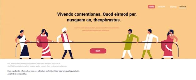 Touwtrekken indische mensen team trekken tegenovergestelde uiteinden van touw tegen elkaar cartoon