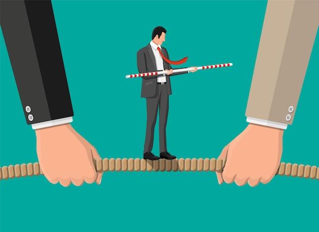 Touwtrekken. twee zakenlieden die touw tegen elkaar aan trekken.