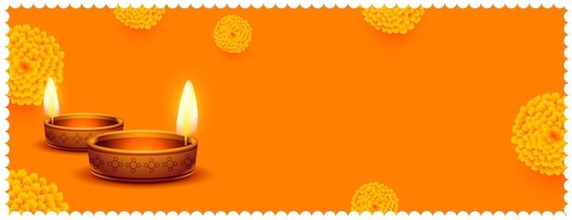 Traditionele realistische gelukkige diwali-bloemen en diya oranje banner