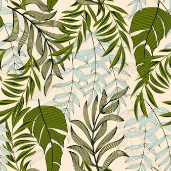 Trend abstract naadloos patroon met kleurrijke tropische bladeren en planten op beige