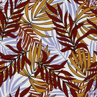 Trend naadloos patroon met tropische bladeren en planten.