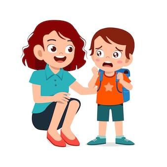 Triest huilende jongen jongen met moeder glimlach