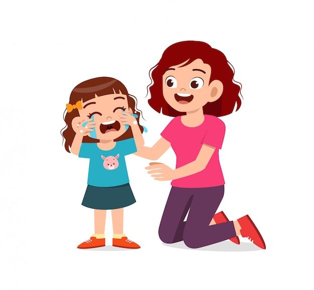 Triest kleine jongen jongen en meisje huilen luid met ouders, mama en papa