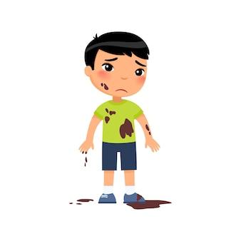Trieste vuile jongen ongelukkige aziatische peuter in modder