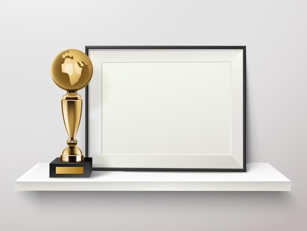 Trofee en fotolijst op een plank