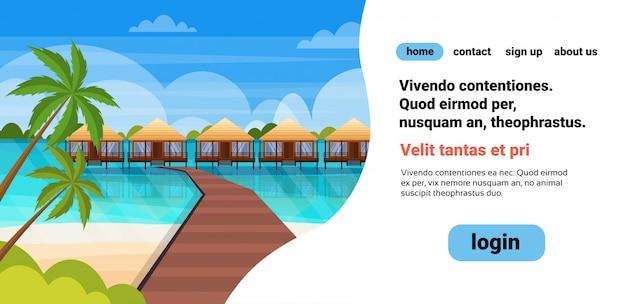 Tropisch eiland houten pad villa bungalow hotel op strand zee groene palmen zeegezicht zomervakantie platte copyspace