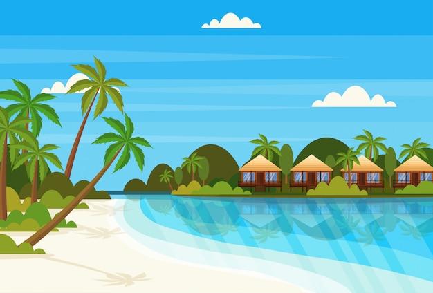 Tropisch eiland met villa bungalow hotel op strand aan zee groene palmen landschap zomervakantie flat