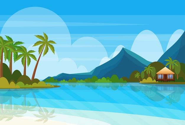 Tropisch eiland met villa bungalow hotel op strand kust berg groene palmen landschap zomervakantie plat