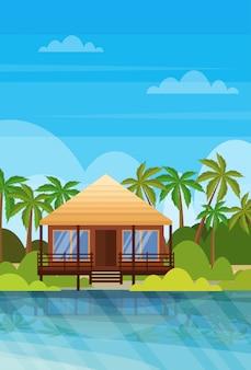 Tropisch eiland villa bungalow hotel op strand aan zee groene palmen landschap zomervakantie flat