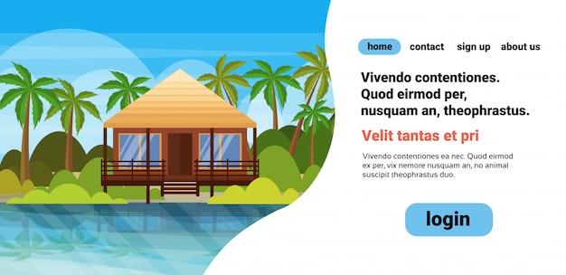 Tropisch eiland villa bungalow hotel op strand aan zee groene palmen landschap zomervakantie platte copyspace