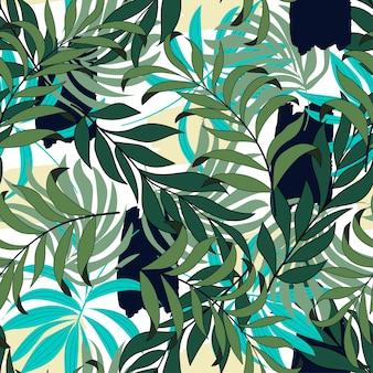 Tropisch naadloos patroon met pastelkleur groene bladeren en planten