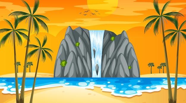 Tropisch strandlandschap bij zonsondergangscène met waterval
