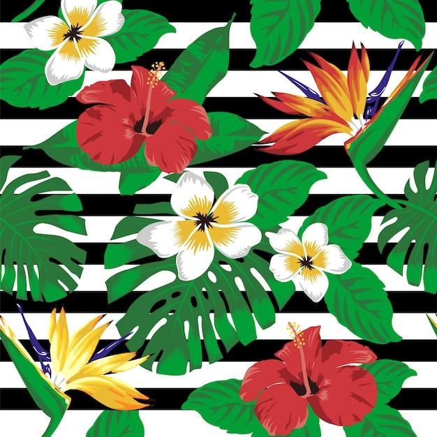 Tropische bloemen en bladeren op gestreepte achtergrond. naadloos.