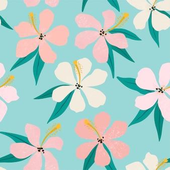 Tropische bloemen en palmbladeren op achtergrond. naadloos patroon.