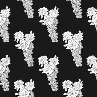 Tros druiven op zwarte achtergrond. hand getrokken druiven naadloos patroon. vers fruit zwart-wit schets. ontwerp voor inpakpapier, textielprint. gravure vintage stijl achtergrond. vector illustratie