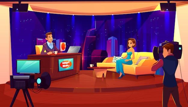 Tv-avondshow met gast. vrouwelijke beroemdheid die gesprek aan televisiepresentator in uitzendingsstudio geeft