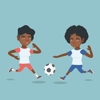 Twee afrikaanse voetballers vechten voor een bal.