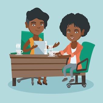 Twee afrikaanse zakelijke vrouwen op zakelijke bijeenkomst.
