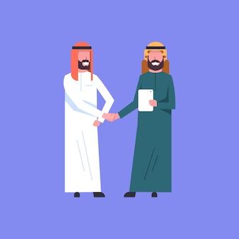 Twee arabische zakenman handshake arabic business man schudden handen overeenkomst concept