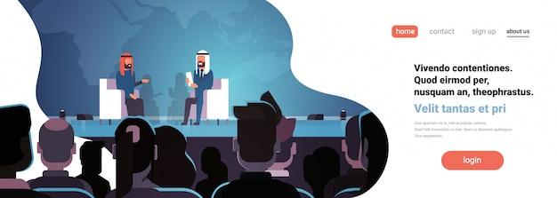 Twee arabische zakenmensen politici conferentie debat vergadering interview banner