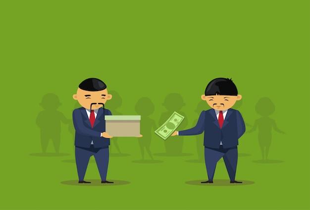 Twee aziatische zakenlieden zetten dollar in doosschenking charity
