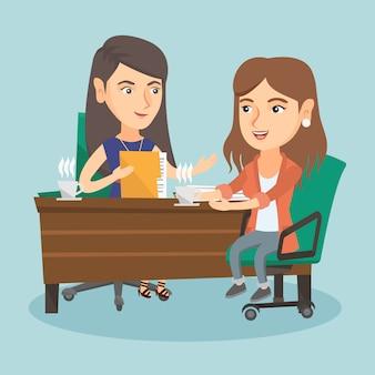 Twee blanke zakelijke vrouwen op zakelijke bijeenkomst.