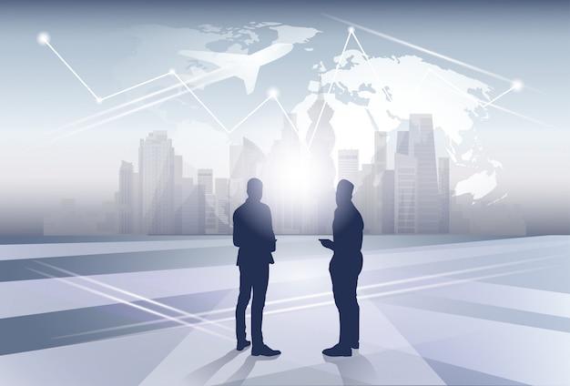 Twee business man silhouet zakenmensen human resources over wereld kaart reis vlucht concept