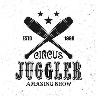 Twee gekruiste jongleur kegels en tekst vector zwart embleem, label, badge of logo in vintage stijl voor circus geweldige show