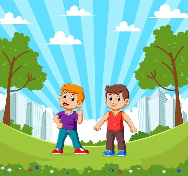 Twee gelukkige lachende jongens op tuin met stadsgezicht achtergrond