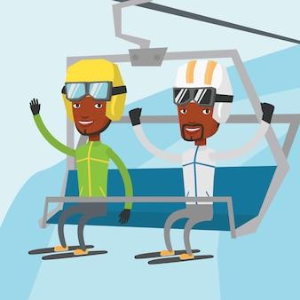 Twee gelukkige skiërs die kabelbaan gebruiken bij skitoevlucht.