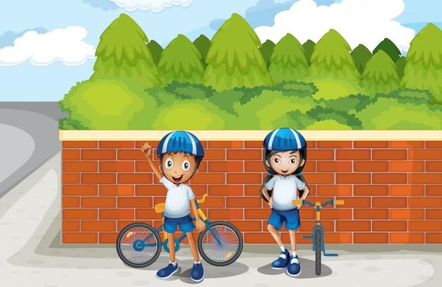 Twee jonge fietsers op straat