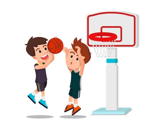 Twee jongens die basketballen op het veld