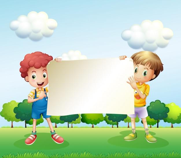 Twee jongens die een leeg uithangbord houden