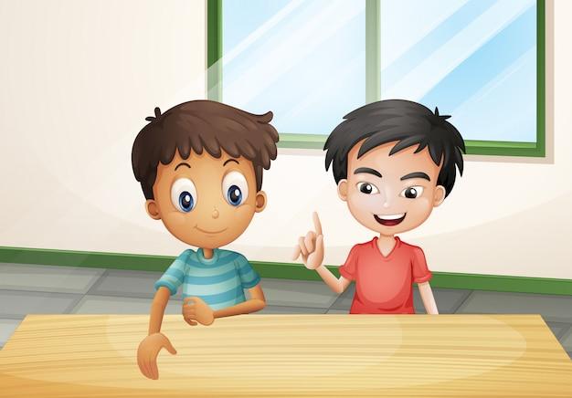 Twee jongens in de buurt van de houten tafel