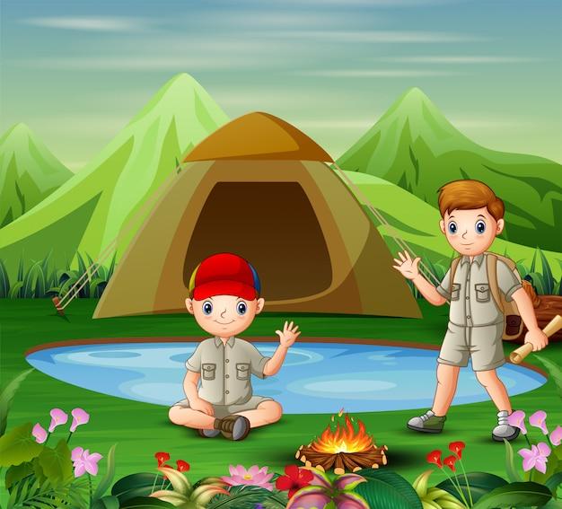 Twee jongens ontmoeten elkaar op de camping