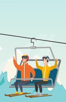 Twee kaukasische skiërs die kabelbaan met behulp van bij skitoevlucht