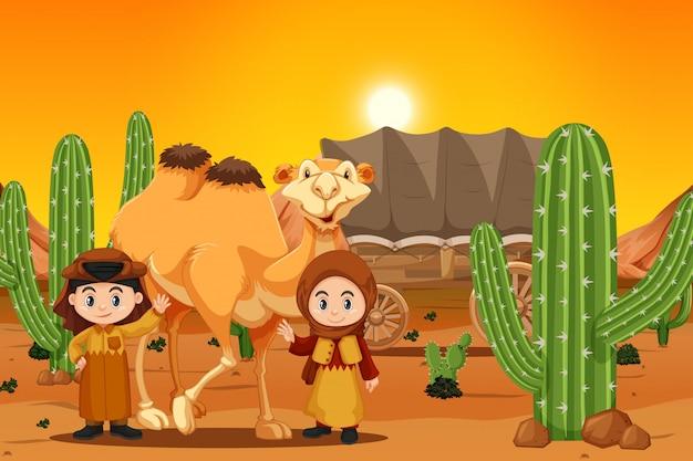 Twee kinderen met kameel in woestijn