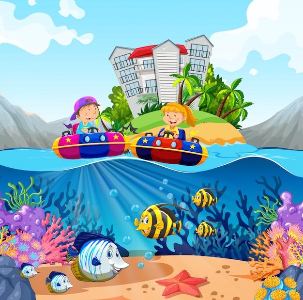 Twee kinderen rijden op rubberboten in de oceaan