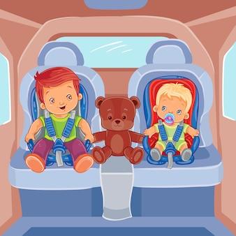 Twee kleine jongens zitten in kinderauto's
