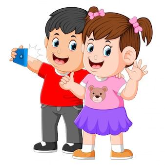 Twee kleine kinderen nemen een perfecte selfie