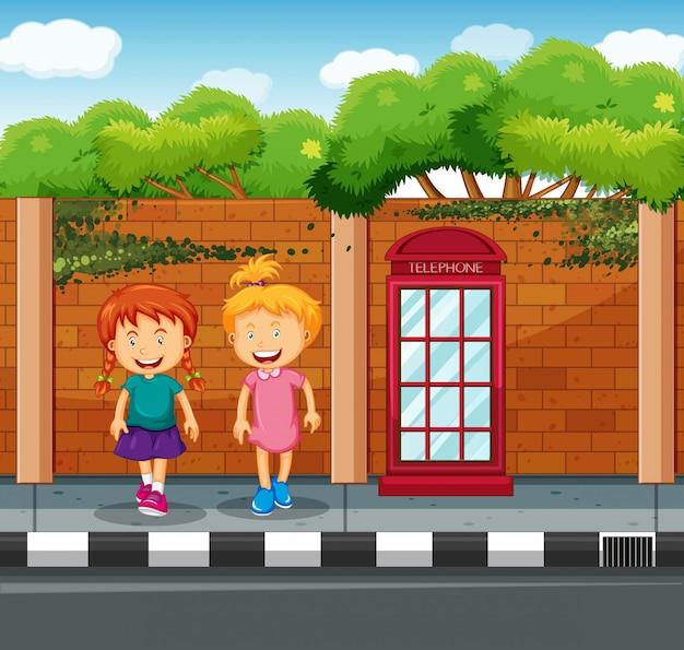 Twee meisjes staan op de stoep