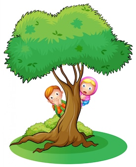 Twee meisjes verstoppen zich in de boom