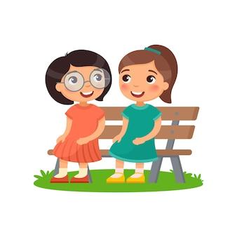 Twee meisjes zitten op de bank.
