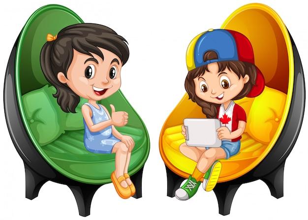 Twee meisjes zitten op stoelen