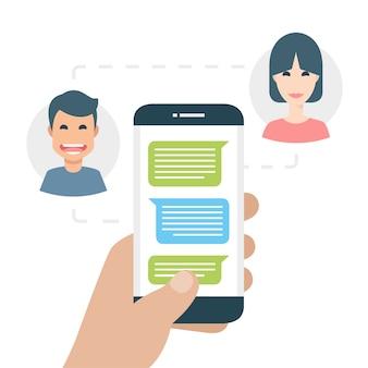 Twee mensen sms'en aan de telefoon