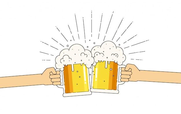 Twee mokken bier in handen met veel schuim. bierfestival.